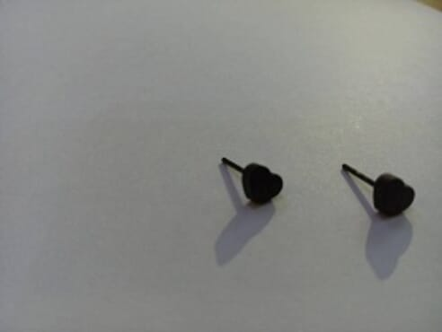 BLACK STUD LOVE EAR RING